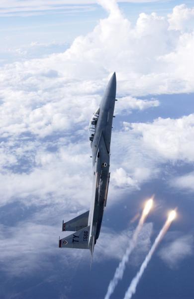 F-15 Vertical Deployment of Flares (hi-res)