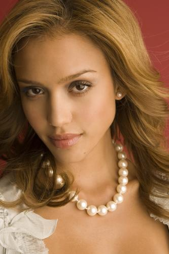 jessica-alba-fancy-necklace