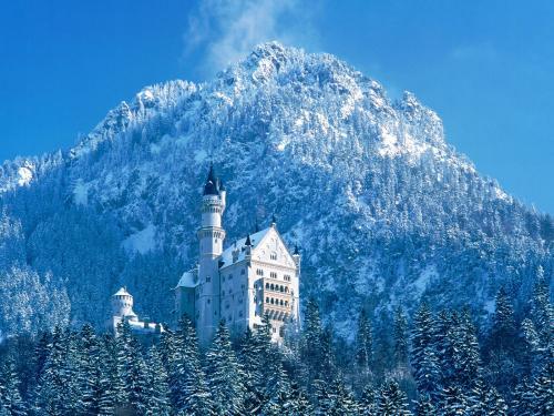 white snow castle.thumbnail White Castle Wallpaper