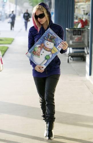 Avri lLavigne Owns A Snowman