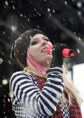 Avri lLavigne Sings in the snow