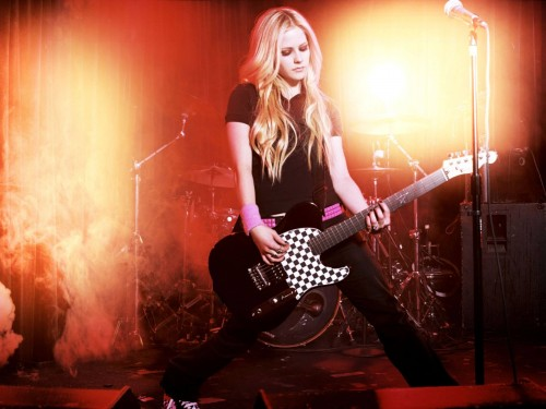 Avril Lavigne has a checkered guitar