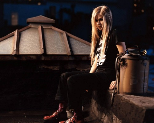 Avril Lavigne is On A Roof Top