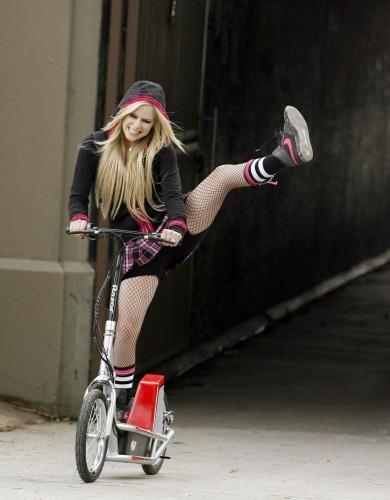 Avril Lavigne Kicks the air