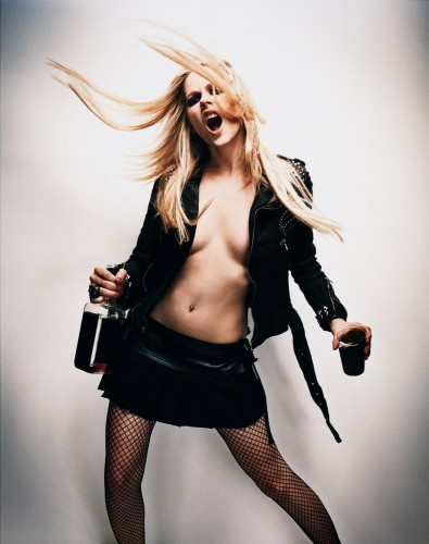 avril lavigne loves whiskey 395x500 Avril Lavigne Loves Whiskey
