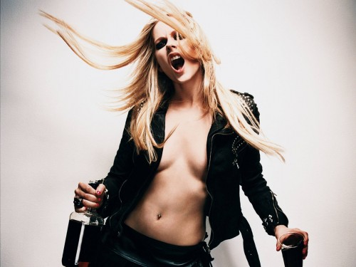 avril lavigne refuses to wear a brazzier 500x375 Avril Lavigne refuses to wear a brazzier