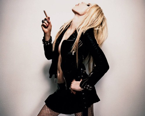 Avril Lavigne Smokes A Cigar