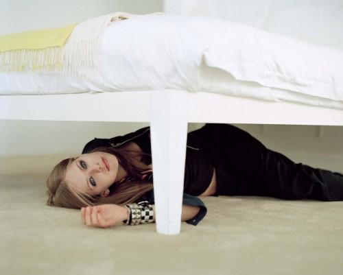 Avril Lavigne under bed