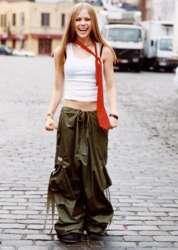 Avril Lavigne wears baggy pants