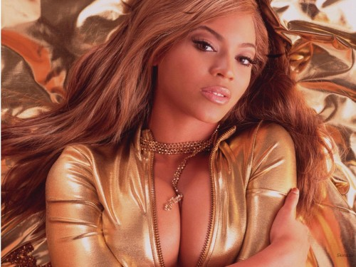 beyonce knowles on bed 500x375 Beyonce Knowles on bed