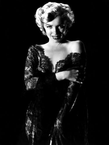 marilyn monroe slinky dress 375x500 Marilyn Monroe   Slinky Dress Sexy