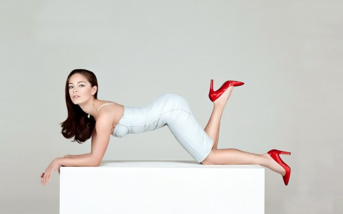 Kristin Kreuk on her knees with red shoes 500x312 Kristin Kreuk on her knees with red shoes