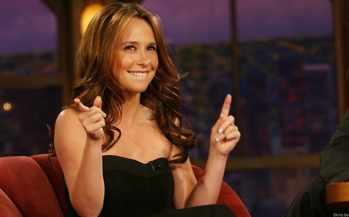 jennifer love hewitt points up