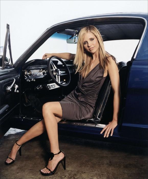 sarah michelle gellar in blue car
