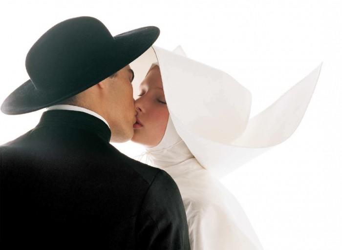 religious kiss 700x512 religious kiss Sexy Religion