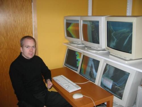 6 monitor man