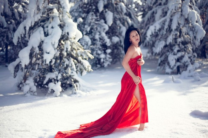 red dress in snow 700x466 red dress in snow