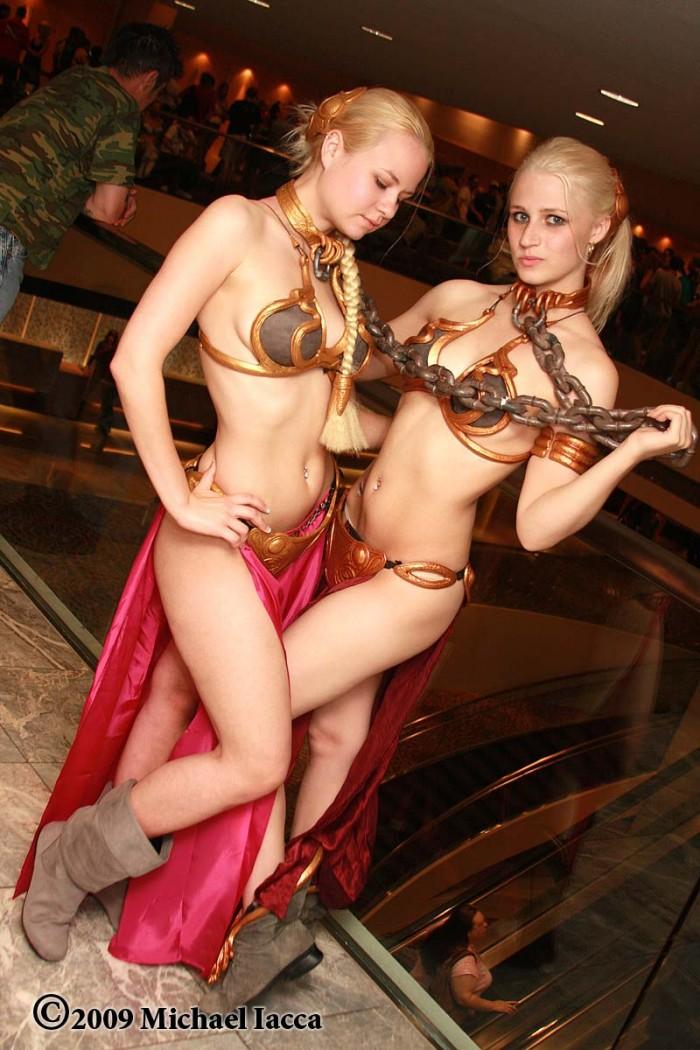 slave leia cosplayers.jpg