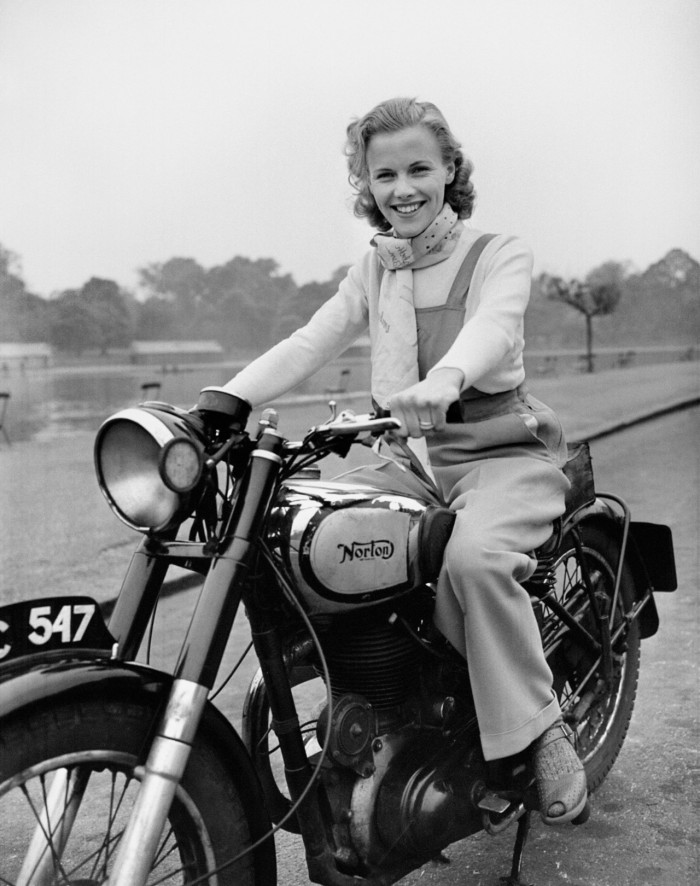 PA NEWS PHOTO 9/5/49 LONDON BORN FILM ACTRESS HONOR BLACKMAN (23 YEARS-OLD) RIDING HER MOTOR-CYCLE THROUGH HYDE PARK IN LONDON