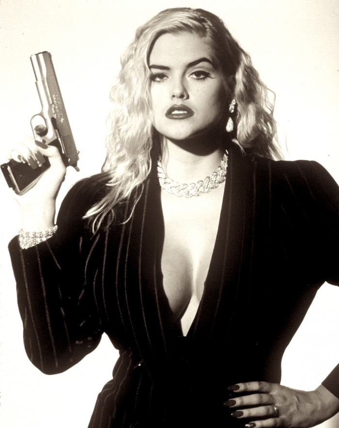 "ANNA NICOLE SMITH/ HALBFIGUR/ KLEID SCHWARZ/ DEKOLLETE/ HALSKETTE/ SCHMUCK/ DEKOLLETE/ HALTEN PISTOLE/ IN ""TO THE LIMIT""/ FILMFOTO/ SW"