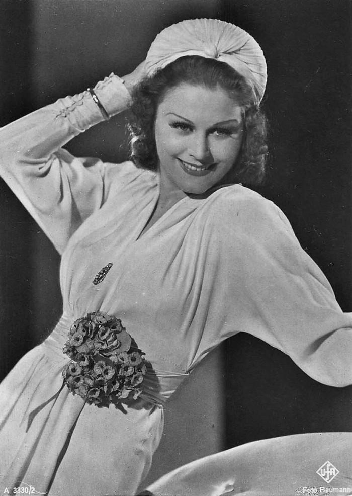 Rökk Marika (Kairó, 1913. november 3. – Baden bei Wien, 2004. május 16.) színész-táncosnõ, operettprimadonna. Testvére, Rökk Ede válogatott labdarúgó volt.