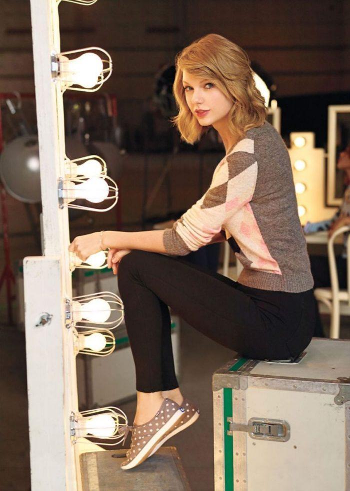 taylor swift in cute shoes.jpeg