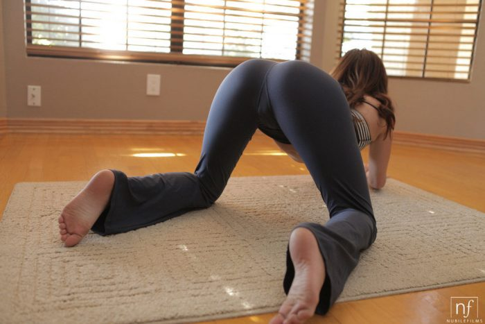 uf0Hq2qh 700x467 yoga pose women Sexy NeSFW fashion
