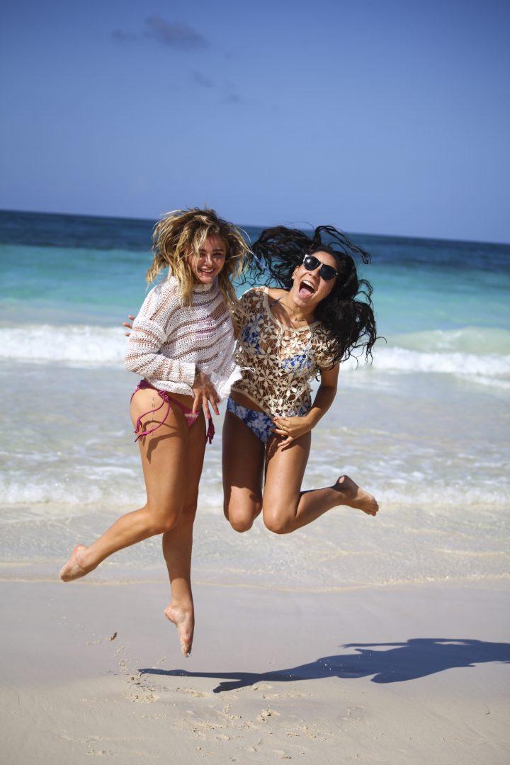 Chloe Moretz jumping.jpg