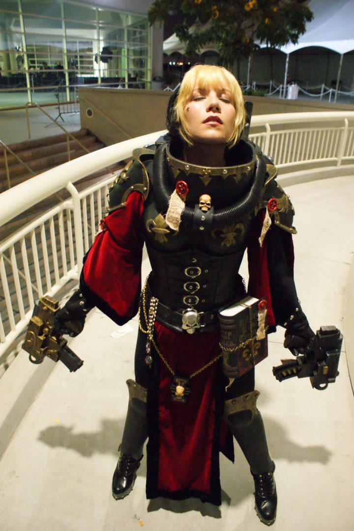Warhammer 40k Cosplayer with two bolters Warhammer 40k cosplay