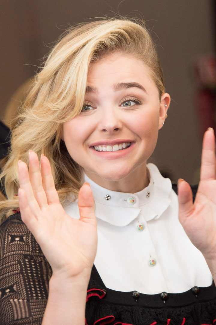 1475105533693_chloe_moretz_deauville_paying_homage_photocall_303