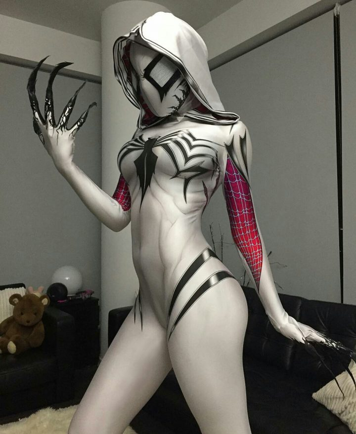 Gwenom Cosplayer with claws.jpg