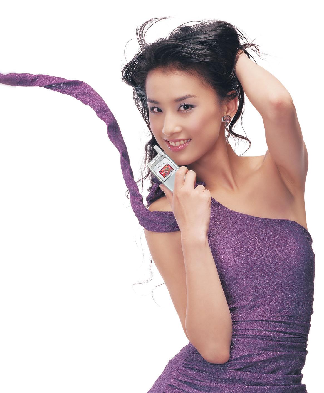 Eva Huang kissing a phone