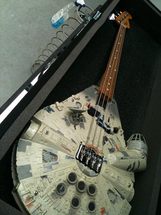 Millennium-Falcon-guitar.jpg (198 KB)
