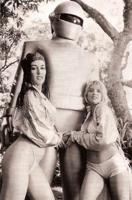 Gort-Gets-Groped.jpg (136 KB)
