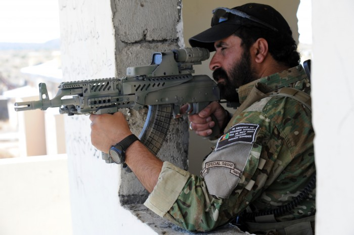 Afghan_border_police_aiming_a_weapon.jpg (3 MB)