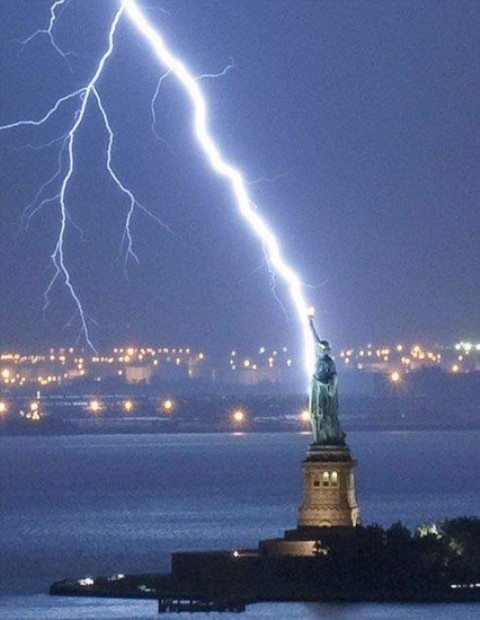 misc-lightning-striking-statue-of-liberty1.jpg (59 KB)