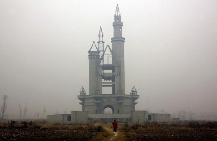 5O4pmiS 700x455 Abandoned Chinese amusement park wtf interesting China