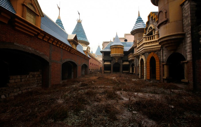 w09 RTR2V5ET 700x445 Abandoned Chinese amusement park wtf interesting China
