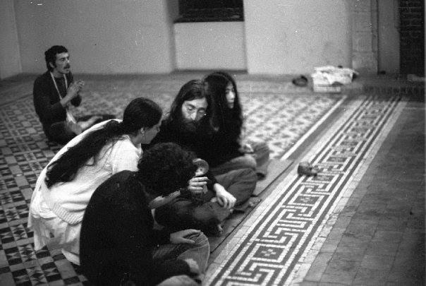 John-Lennon-Yoko-Ono-hare-krsna-devotees.jpg (51 KB)