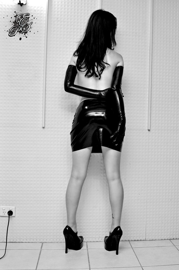 tumblr nb6ccadjXX1ruic7fo1 1280 latex  women Sexy not exactly safe for work