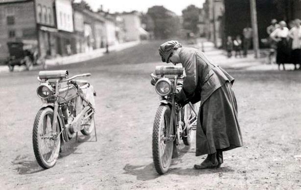 girl_and_motorcycle_016_01232014.jpg (100 KB)