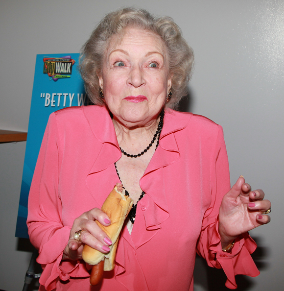 BETTY-WHITE-HOT-DOG.jpg (285 KB)