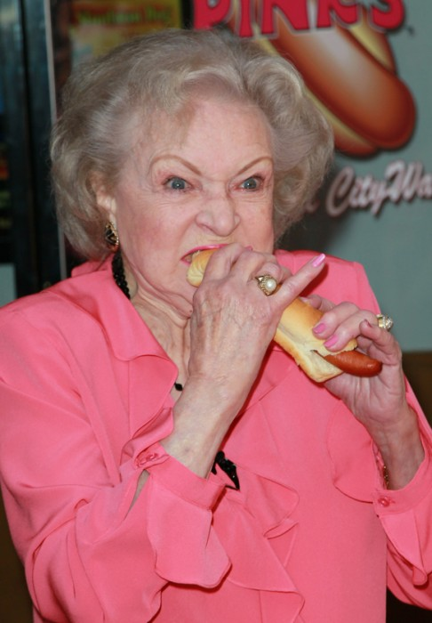 BETTY-WHITE-HOT-DOG3.jpg (362 KB)