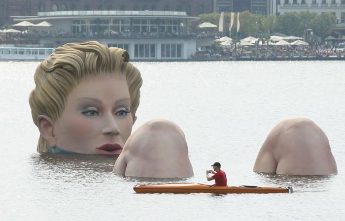 giant_sculpture_Hamburg_lake.jpg (79 KB)