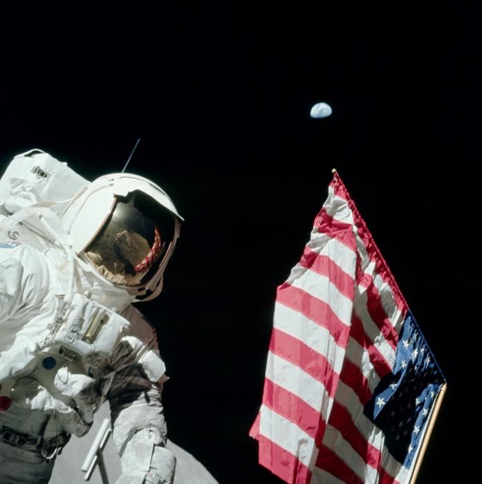Astronaut_Harrison_'Jack'_Schmitt,_American_Flag,_and_Earth_(Apollo_17_EVA-1).jpg (649 KB)