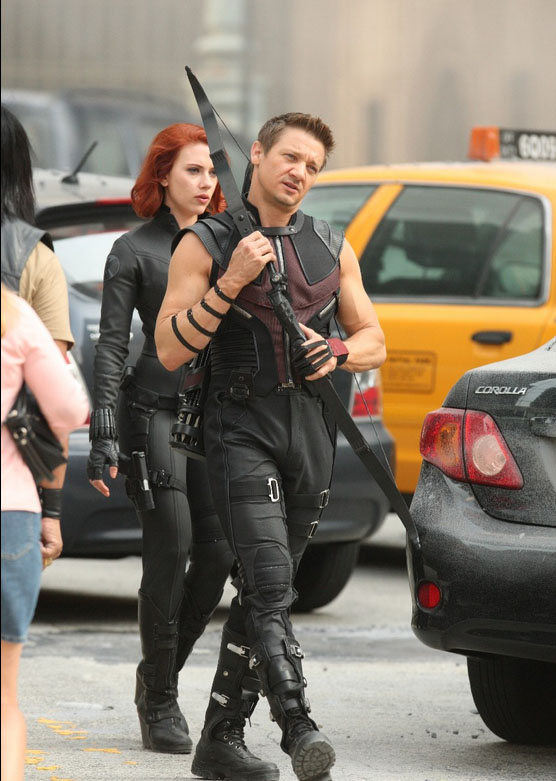 Renner-Hawkeye-Bow-Avengers-Movie.jpg (109 KB)