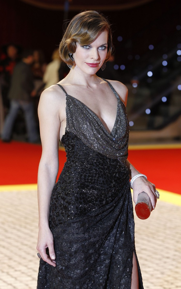 766399378_Milla_Jovovich_at_the_premiere_of_The_Three_Musketeers_in_3D_in_London_04_122_202lo.jpg (945 KB)
