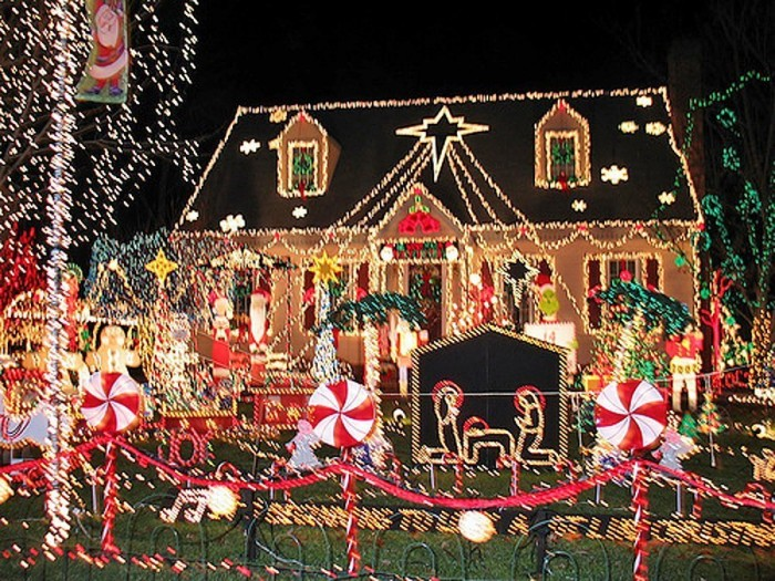 bMA32710941 0004 700x525 Over The Top Christmas Decorations X Mas wtf architecture
