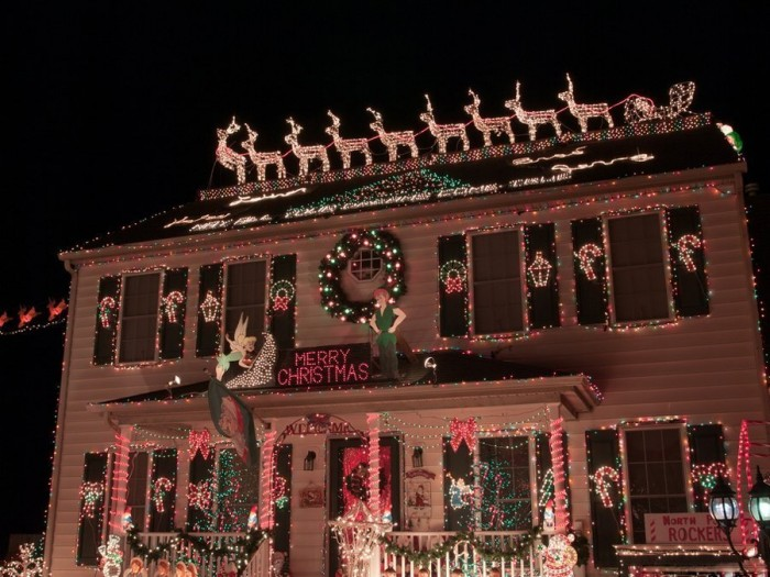 fMA32710941 0006 700x525 Over The Top Christmas Decorations X Mas wtf architecture
