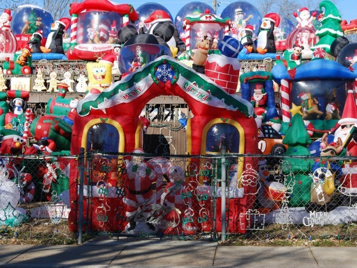 yMA32710941 0002 700x525 Over The Top Christmas Decorations X Mas wtf architecture